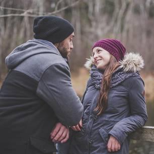 Komplimente, die immer gut ankommen: Ein Mann macht einer Frau ein Kompliment