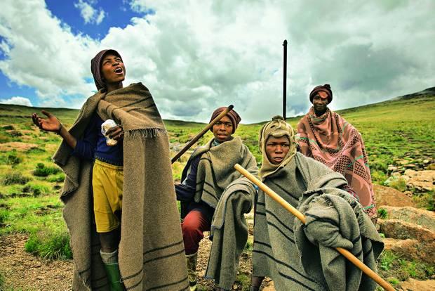 Drakensberge: Südafrika-Safari mal anders: Hirtenjungen mit Kletterhilfen