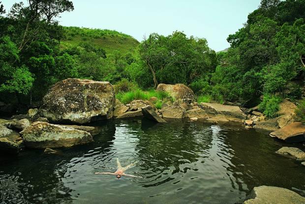 Drakensberge: Südafrika-Safari mal anders: Frau schwimmt in Wasserloch