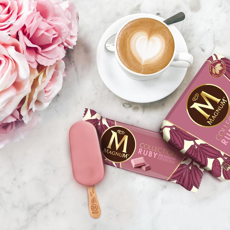 Bis zum Sommer ist es zwar noch etwas hin, aber Eis geht meiner Meinung nach immer. Magnum hat eine Eiscreme mit der neuen Schokoladensorte Ruby auf den Markt gebracht: Dabei handelt es sich um eine besondere Kakaobohne, die fruchtig schmeckt und einen natürlichen rosa Farbton besitzt. Unter dem Schokoladenüberzug befindet sich weißes Schokoladeneis, das von einer Himbeersauce durchzogen ist – eine perfekte Kombination aus fruchtig und süß!  Kira, Food-Redakteurin