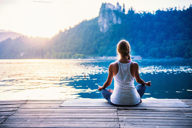 Zen Meditation: Frau meditiert draußen