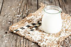 Reismilch selber machen: Reismilch neben Reiskörnern