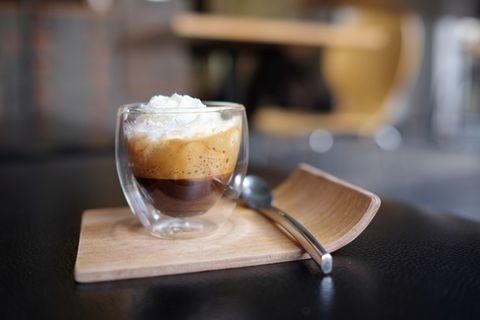 Kaffee mit Schuss: Kaffeespezialität mit Sahne
