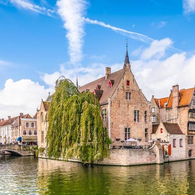 Kanal in Brügge und Altbauten