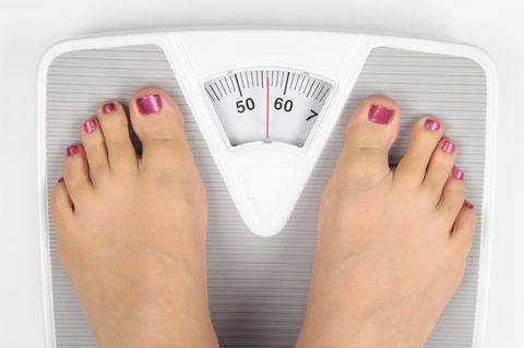 Abnehmen: 5 Kilo weg in7 Tagen mit der Haferflocken-Diät - Frau steht auf Waage