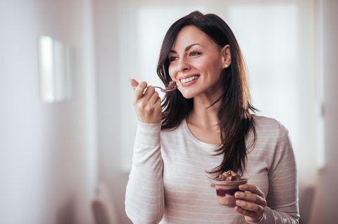 Frau isst Schoko-Dessert