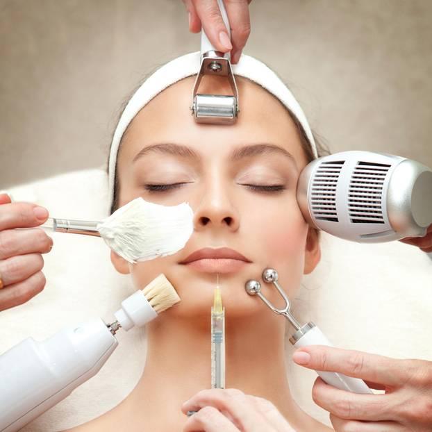 Hautbild verbessern: Hilfe gegen Akne, Falten und Co.: Kosmetikbehandlung