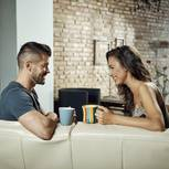 Paar unterhält sich auf Sofa