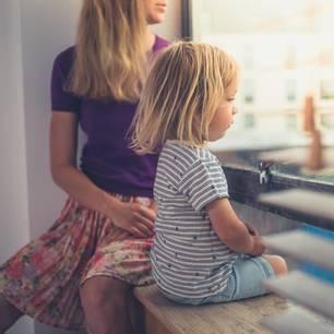 Warum Mütter sich trennen - 3 Erfahrungsberichte: Mutter und Kind schauen aus dem Fenster