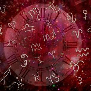 Horoskop: Eine rote, runde Scheibe mit Tierkreiszeichn