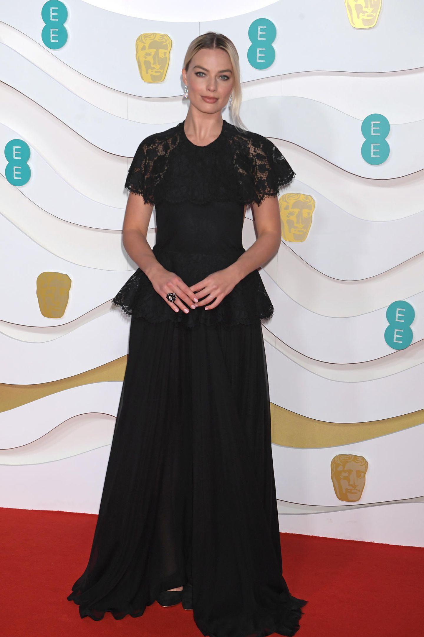 Einer der schönsten Looks der Abends! Mit einerzartenSpitzen-Robe von Chanel machte MargotRobbie alles richtig.