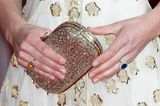 ... ist die goldfarbene Glitzerclutch, die den royalen Look perfekt macht. Well done, Kate!
