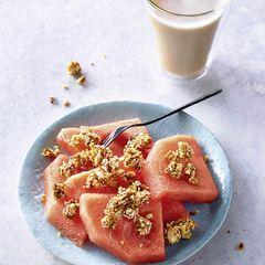 Melone mit Mandel-Crumble und Chai