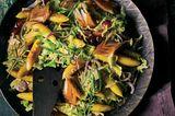 Spitzkohl-Schupfnudel-Pfanne mit geräucherter Makrele