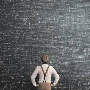 Mann steht vor riesiger Tafel voller Formeln