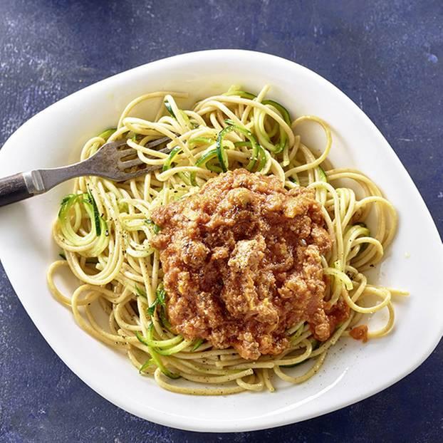 Zucchini-Spaghetti mit Bolo-Sauce