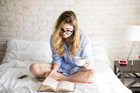 6 ungewöhnlichen Zeichen dafür, dass du intelligent bist: Frau im Bett