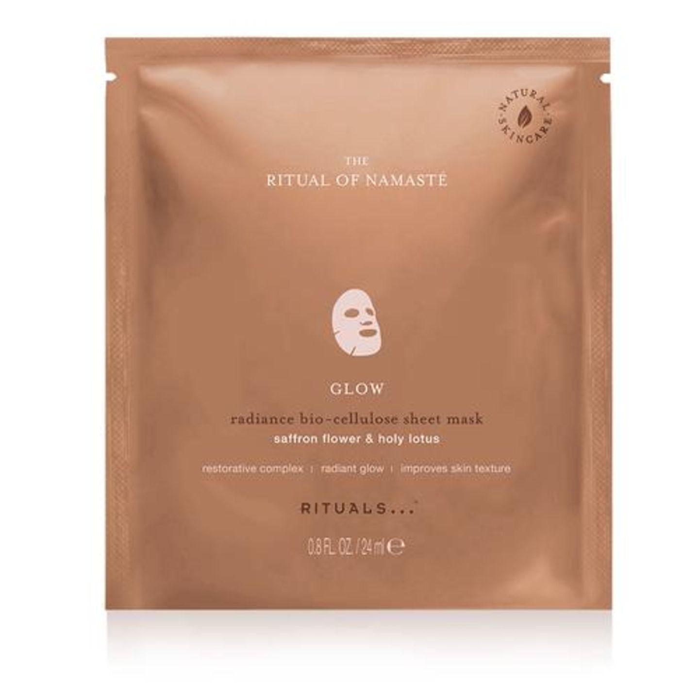 Die Glow Anti-Aging Tuchmaske von Rituals ist mit einem Anti-Aging Serum angereichert, das die Haut besonders geschmeidig mach und ihr den gesunden Glow zurückgibt. Um 10 Euro.