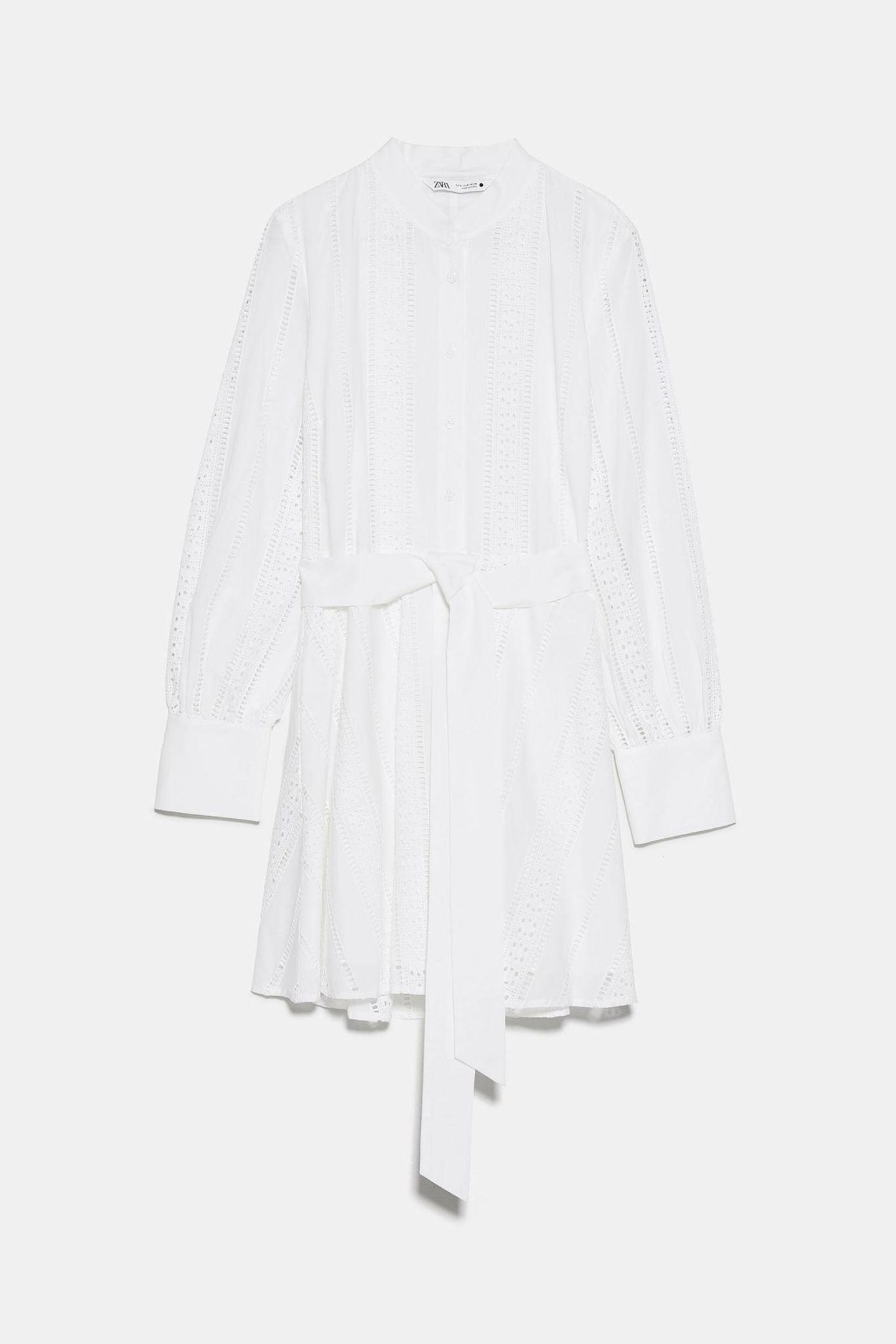 Weiße Kleider gehören zu den absoluten Must-haves im Frühjahr/Sommer. Dieses Traumteil kommt mit langen Armen, coolem Bindegürtel und toller Lochspitze daher. Von Zara, um 50 Euro.