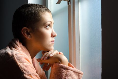 Krebserkrankungen: Krebskranke Frau am Fenster