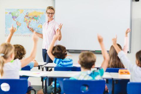 Grundschullehrer: Eine junge Lehrerin unterrichtet eine Grundschulklasse