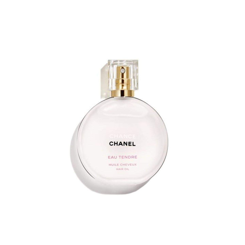 Das Haar mal nach Strich und Faden verwöhnen – das klappt mit diesem parfümierten Haaröl ganz von alleine. Es duftet dezent nach blumig-fruchtigen Noten und verleiht demHaar Pflege, Geschmeidigkeit und Glanz. Chanel Chance Eau tendre Huile Cheveux, um 50 Euro über Parfumdreams.