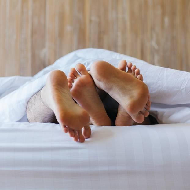 LoveScout24-Studie: Füße im Bett