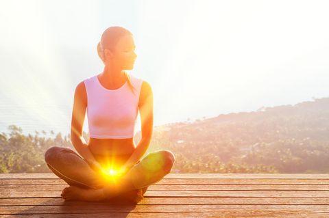 Chakra Meditation: Frau meditiert