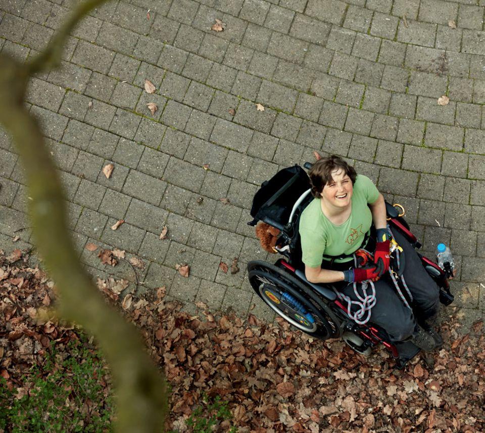 Cécile Lecomte: Widerstand als menschliche Notwendigkeit: Céline Lecomte im Rollstuhl