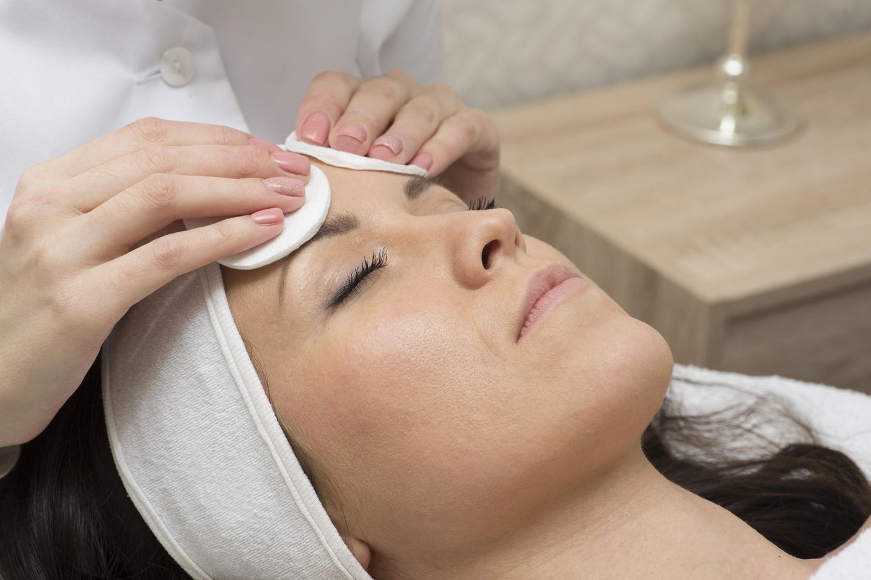 Gesichtspflege: Frau bekommt Gesichtsmassage