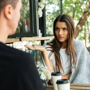 Das Stört dein Sternzeichen an anderen Menschen: Frau schaut genervt zu Mann