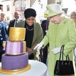 Queen Elizabeth II schneidet Kuchen an