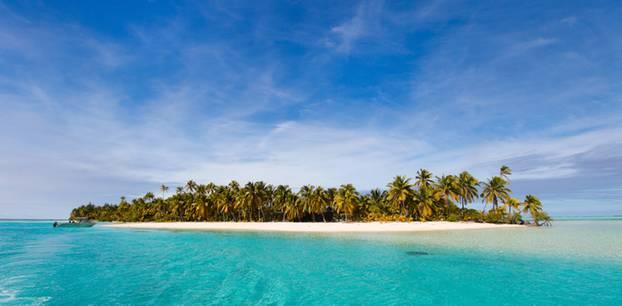 Cookinseln: Kleine Insel umringt von türkisblauem Wasser