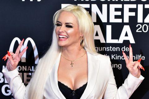 Daniela Katzenberger im weißen Anzug