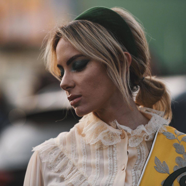Frisuren mittellang: Haarband mit Zopf
