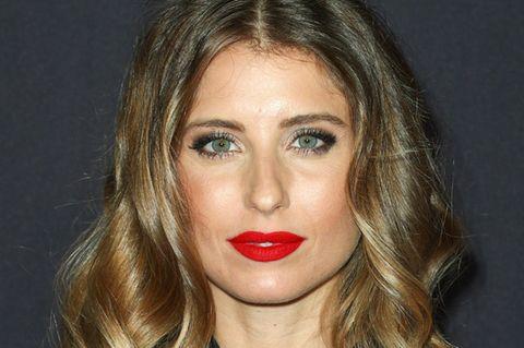 Cathy Hummels mit rotem Lippenstift