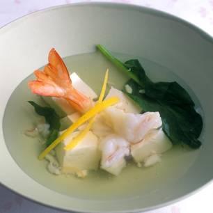 Suppe mit Garnelen und Tofu