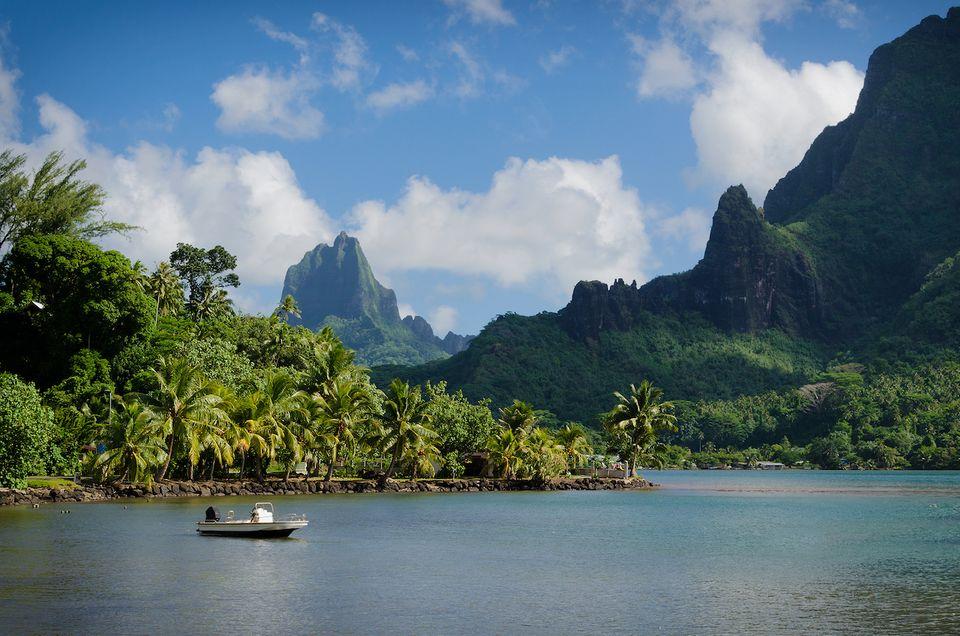 Cookinseln: Meer und im Hintergrund Berge