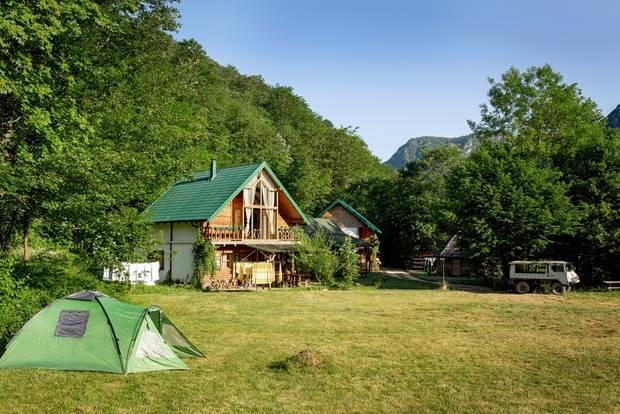 Montenegro: Urlaub im Outdoor-Himmel: Holzhütte