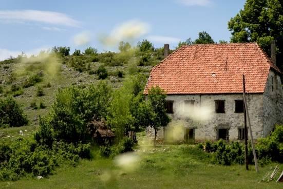 Montenegro: Urlaub im Outdoor-Himmel: Einsames Haus im Grünen