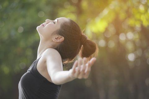 Atemmeditation: Frau atmet tief ein