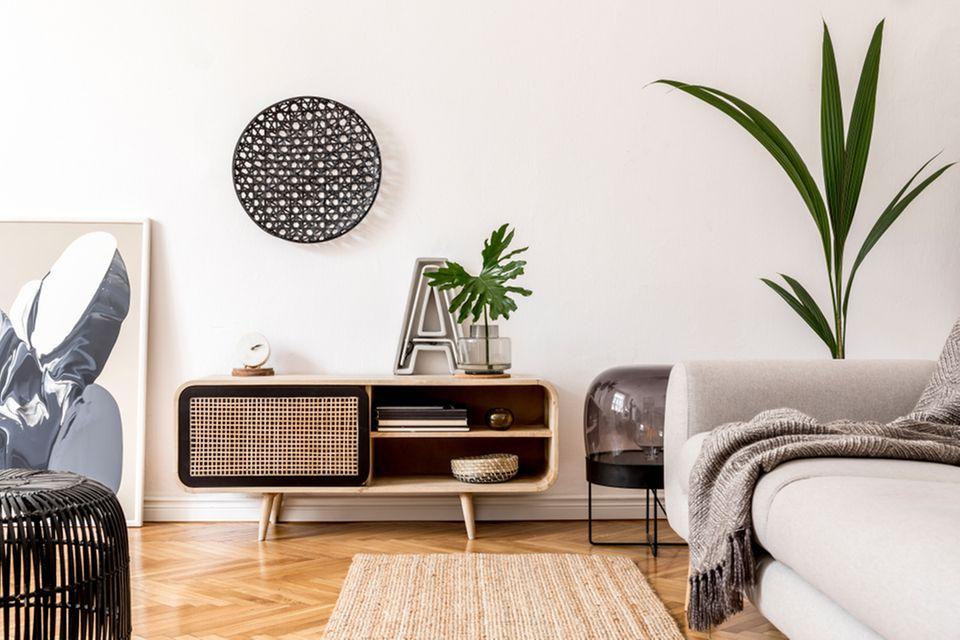 Wiener Geflecht: Wohnzimmer mit Couch und Kommode
