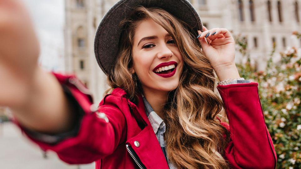 So schätzen sich die Sternzeichen selbst ein: Frau macht Selfie