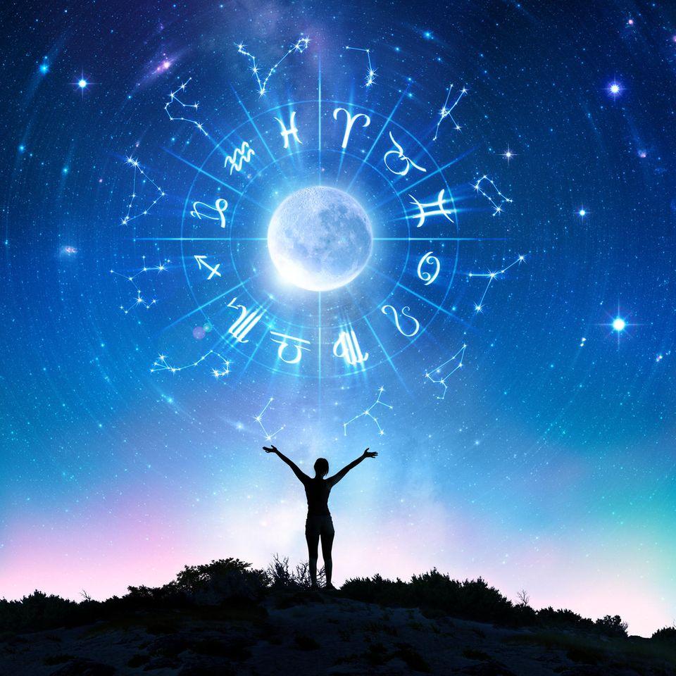 Horoskop: Eine Frau betet den Mond an