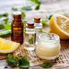 Diverse Naturkosmetika und Zitronen auf Holztisch