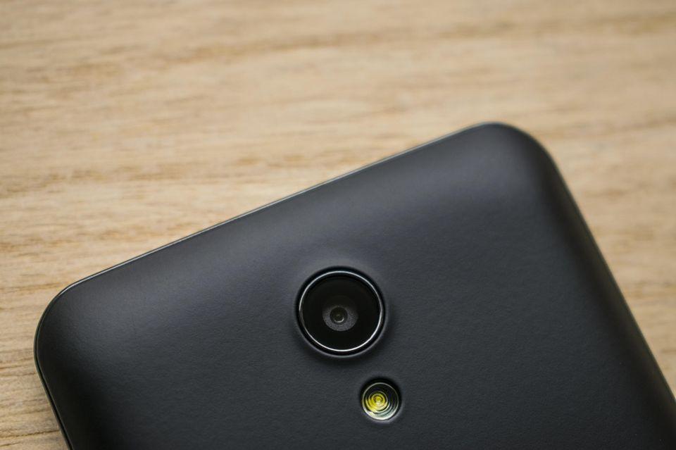 Kamera und Blitz eines Smartphones