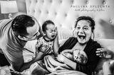 Geburtsfotos 2020: Mutter mit Baby ist begeistert