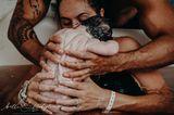 Geburtsfotos 2020: Baby wird gehalten