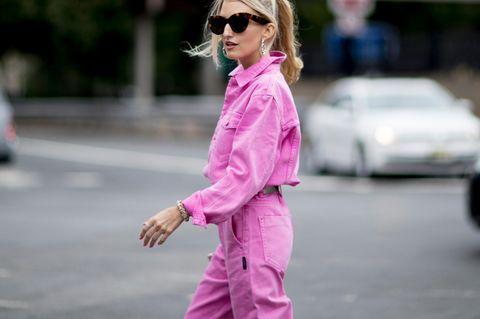 Jeans-Trends: Streetstyle im pinken Allover-Jeans-Look