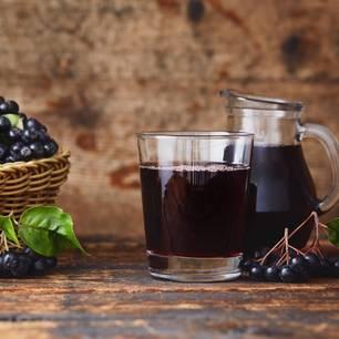 Aronia: Beeren und Saft